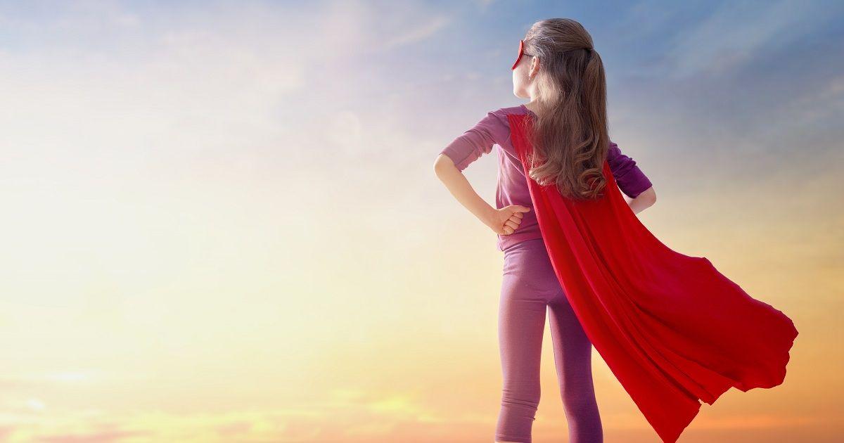 dziewczynka udająca superbohaterkę